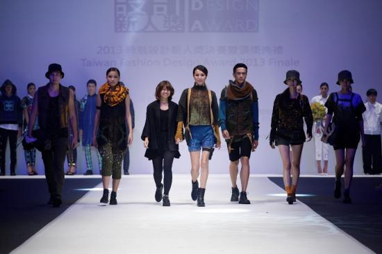 織品設計組 連珮肜榮獲 2013年「時裝設計新人獎」首獎